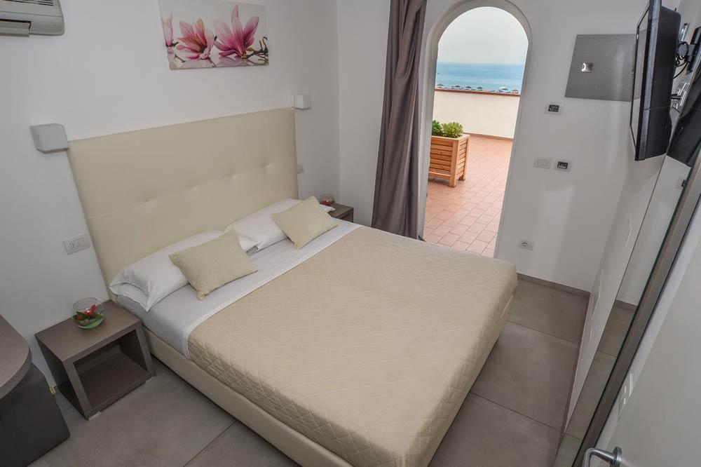 Hotel con camere per famiglie e coppie a Rimini con vista mare